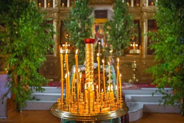 На Троицу храмы принято украшать зеленью