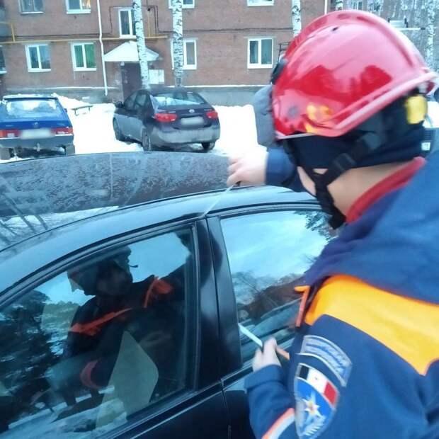 Воткинские спасатели вызволили ребёнка из закрытой машины