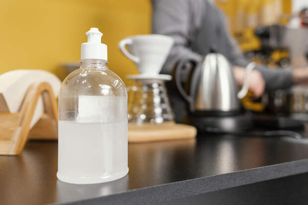 Посетительнице кофейни в Москве продали антисептик вместо воды