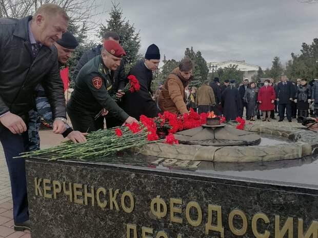 В Керчи возложили цветы в сквере Славы
