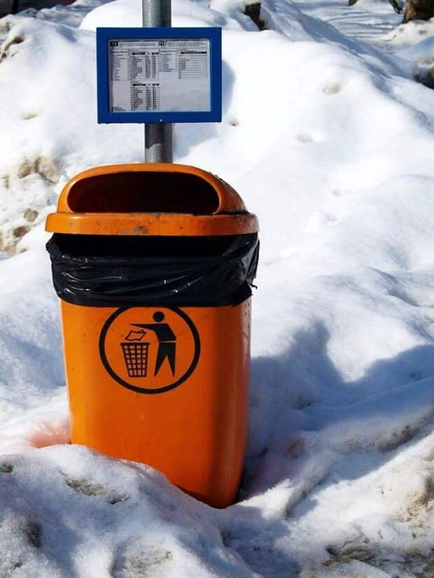 В проезде Дежнёва привели в порядок мусорные урны