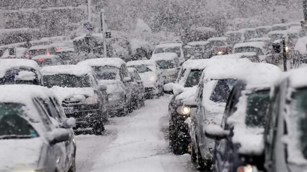 Сотни машин на всю ночь застряли в пробках в районе Керчи