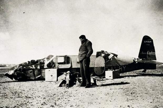 Антуан де Сент-Экзюпери возле разбитого самолета