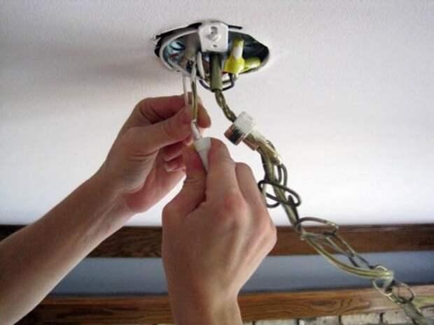 монтаж люстры к потолку