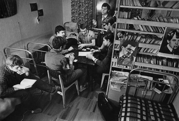В студенческом общежитии МГУ. Владимир Лагранж, 1963–1964 гг., Москва, из архива МАММ/МДФ.