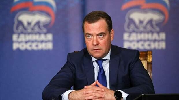 Поправки в Конституцию укрепят правовой фундамент России, заявил Медведев
