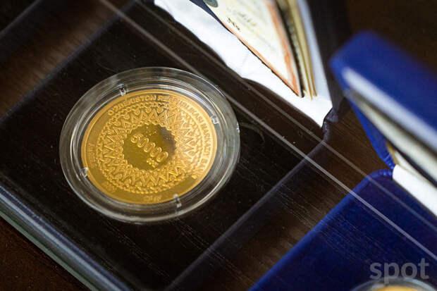 Иностранцам разрешили покупать золотые монеты онлайн в банках Узбекистана