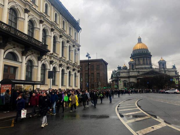 Участники акции в поддержку Навального идут к Законодательному собранию Петербурга