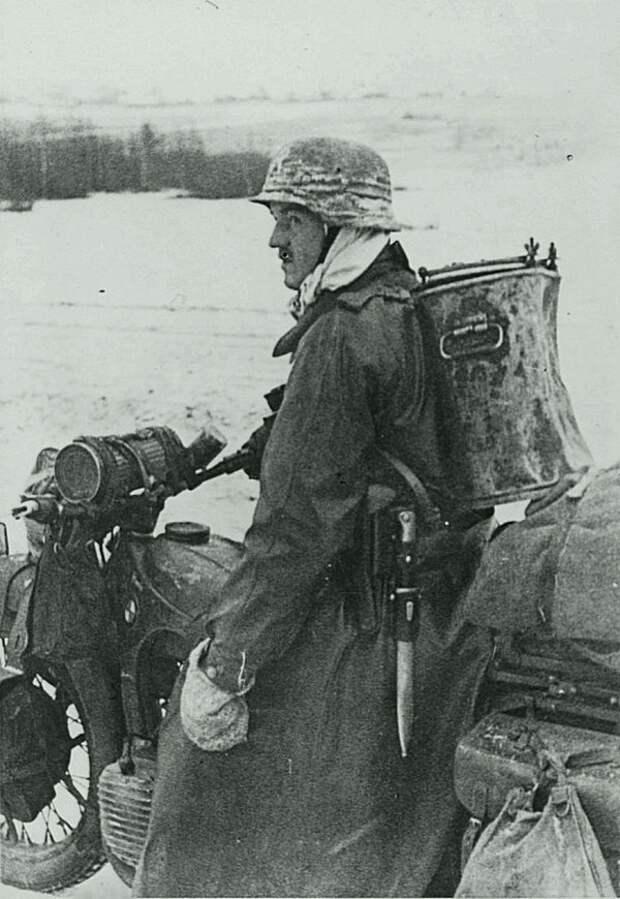 Немецкий солдат на мотоцикле БМВ с пищевым термосом на дороге во время битвы за Москву Великая Отечественная война, Советский народ, история