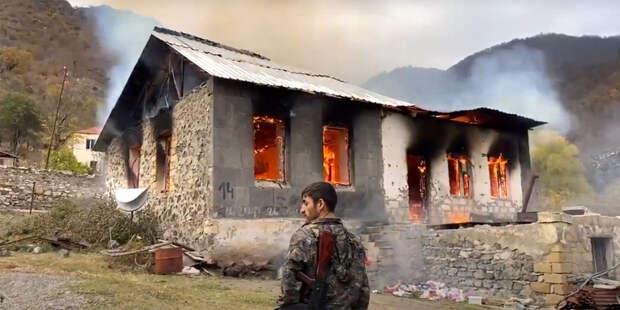 Армяне покидают районы Карабаха. Свои дома и магазины многие сжигают