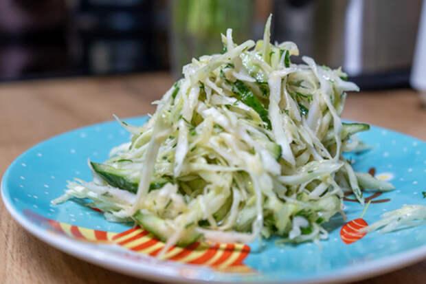 Салат из капусты и огурцов с икрой минтая