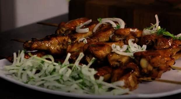 Фото к рецепту: Шашлык из куриных крыльев в духовке.