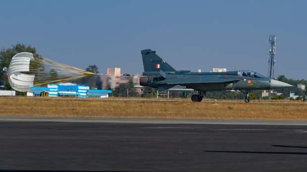 Легкий многоцелевой истребитель четвертого поколения «Теджас» ВВС Индии во время посадки