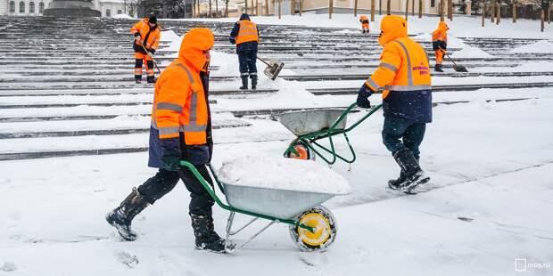 Коммунальщики убрали горы снега на Алтуфьевском шоссе