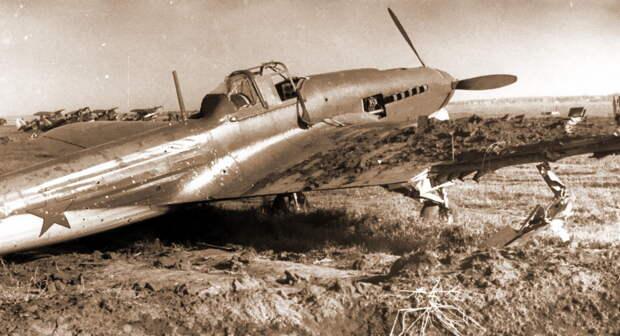Ил-2 66-го ШАП, повреждённый близким разрывом авиабомбы и брошенный на аэродроме Куровицы 22 июня 1941 года - Тяжелый дебют «летающего танка»   Военно-исторический портал Warspot.ru