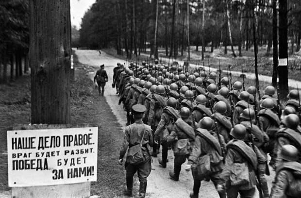Добровольцы уходят на фронт. 1941 год. Фото: РИА Новости