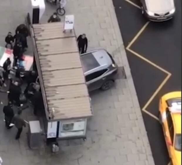 В Москве машина въехала в остановку, а в Новгороде автобус врезался в здание вуза