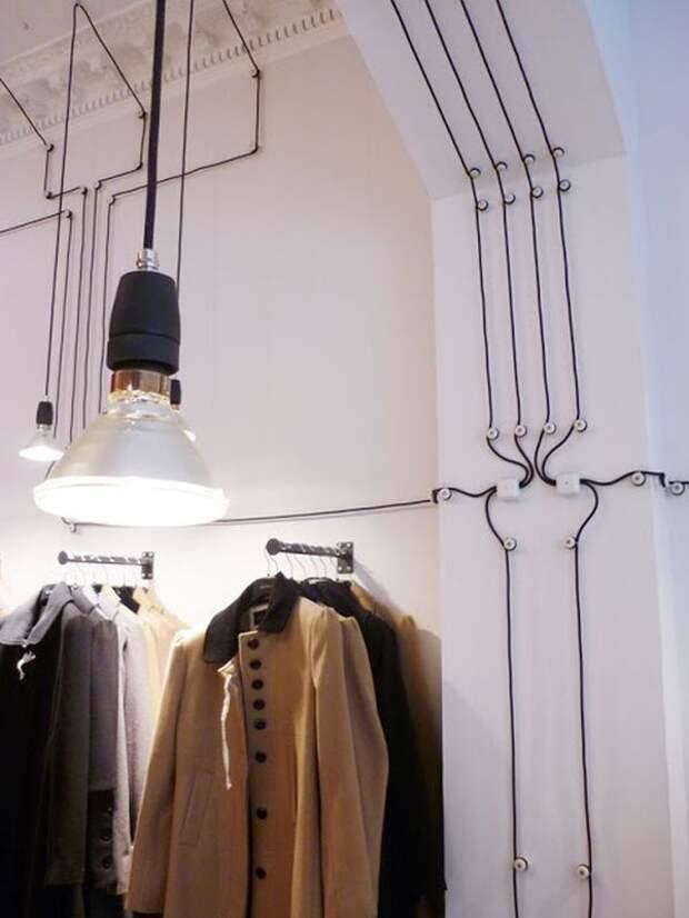 Даже обычные провода, проводка, могут стать способом интересно украсить стены своего дома