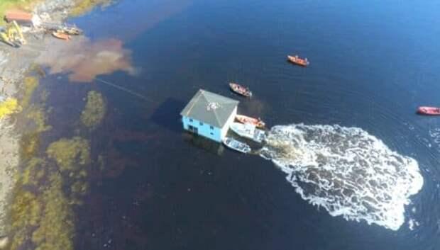 Супруги из Канады переправили дом своей мечты вплавь по озеру на самодельном плоту