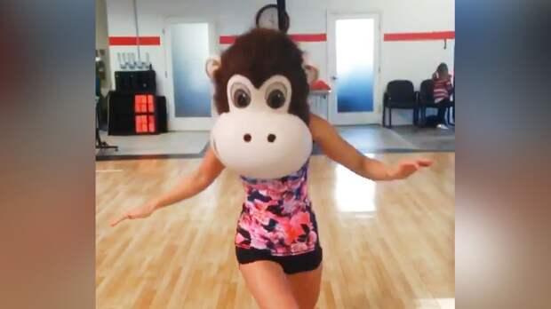 Шестикратная чемпионка мира Ефимова провела тренировку, надев на себя голову от костюма обезьяны: видео