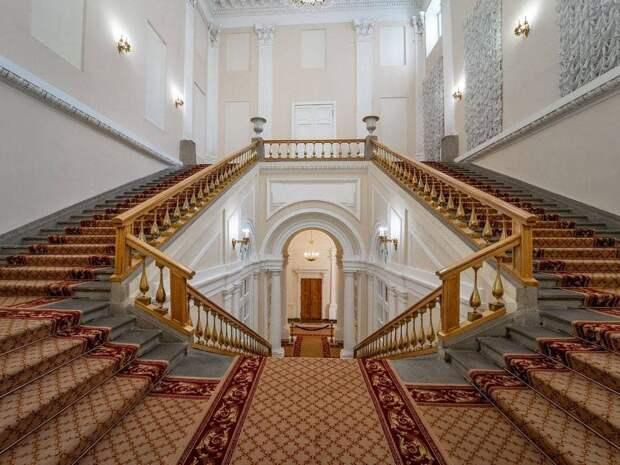 Одним из заметных архитектурных символов Москвы по праву считается здание под номером 13 на Тверской улице.