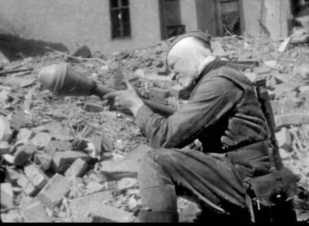Советский солдат с трофейным фаустпатроном. 1945 год.