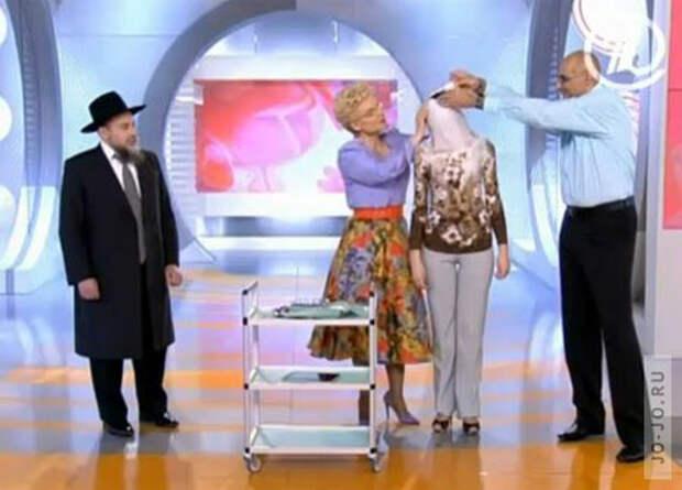Елена Малышева делает обрезание женщине