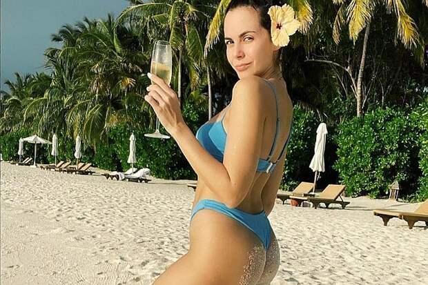 «Попа как у Ким»: Настя Каменских похвасталась «пятой точкой» в леопардовом бикини