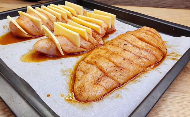 Начиняем куриную грудку сыром. Вместо натирания делаем надрезы и ставим каждый кусок вертикально