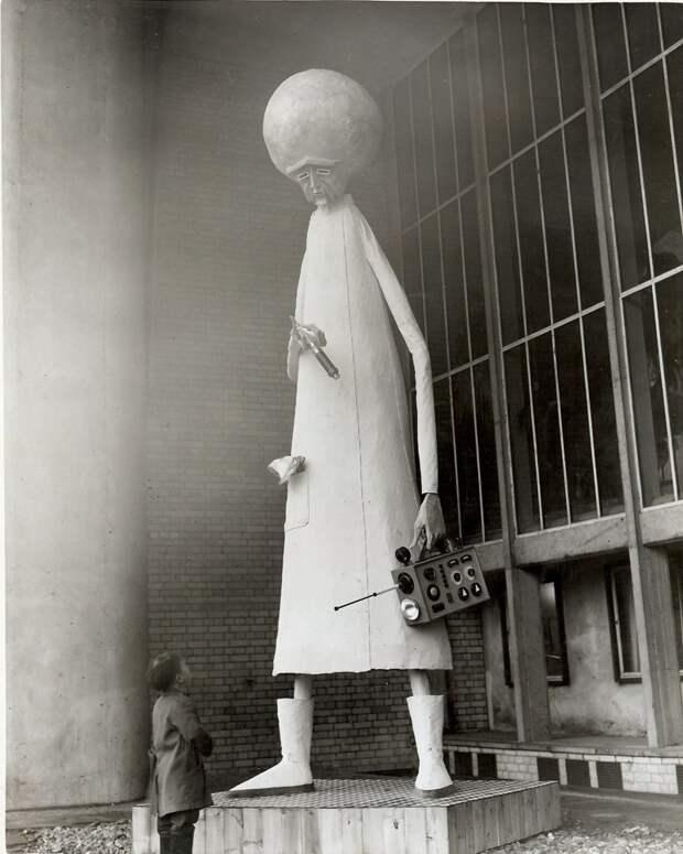 Статуя иностранца. Лондон, 1954 история, мгновения жизни, фотография