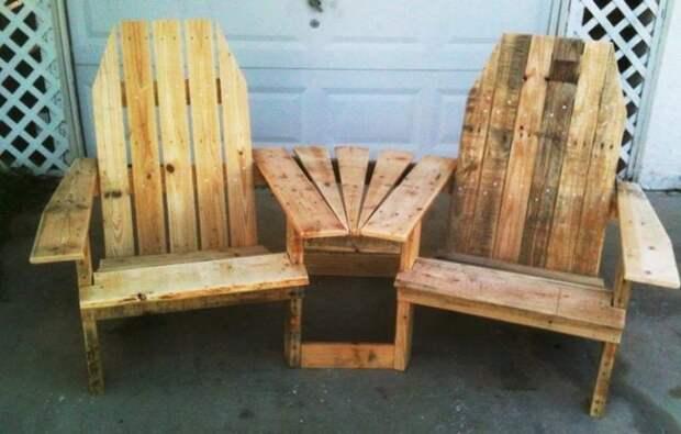 Пару ненужных деревянных поддонов можно превратить в практичную и функциональную мебель для садового участка.