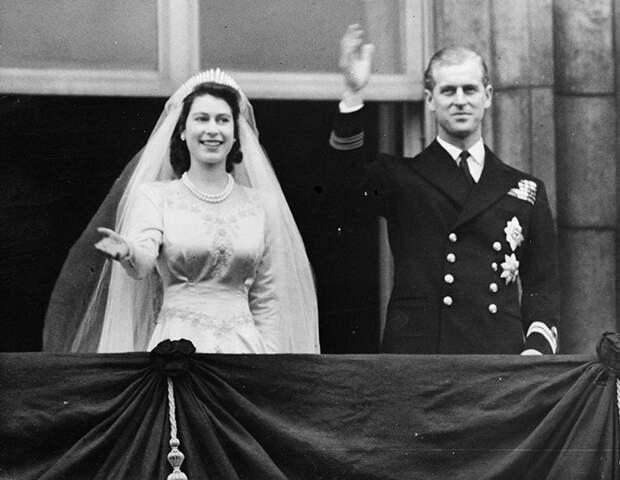 С любовью от Джорджа, Луи и Шарлотты: Елизавета II и принц Филипп с подарком от правнуков на новом портрете