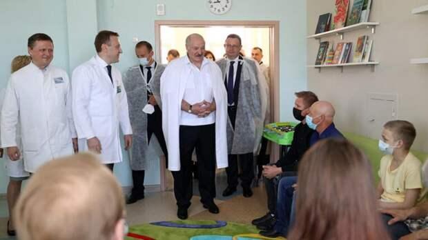 Лукашенко пошутил о «подпитке» антителами во время посещения больниц