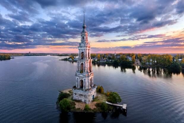 Колокольня, переоборудованная в маяк - единственное, что осталось от старого Калязина. /Фото: rktour.ru