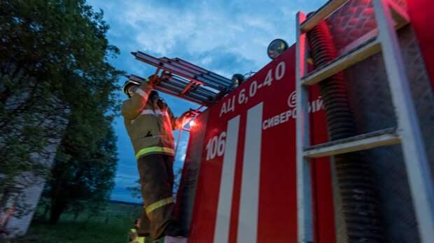 Крупный пожар вспыхнул на территории завода в Новосибирске