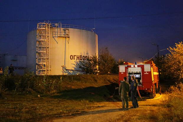 На фото: следственные мероприятия на нефтяной базе в Кировском районе Донецка, на которую было совершено нападение украинским беспилотным летательным аппаратом (БПЛА), в результате чего были уничтожены 1300 тонн топлива.
