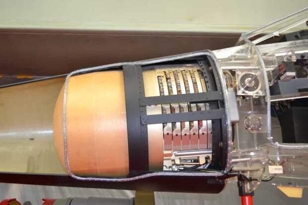 Радар Томпсон-CSF «Сирано» IV кроме антенны состоит из ряда блоков в виде таких вот «блинов», установленных друг за другом.</p> <p>Также на этом снимке видны манометр зарядки систем самолета аргоном и сжатым воздухом и датчик угла атаки (круглая «шайба» с «флюгером»), необходимый пилоту для того, чтобы не сорваться в штопор при резком маневрировании или на взлетно-посадочных режимах