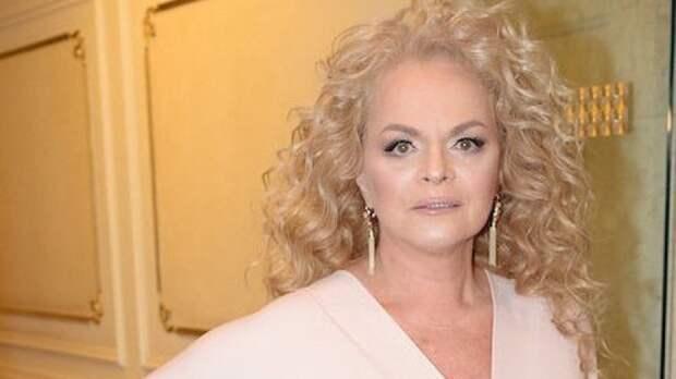 """""""Морщины, тонны макияжа, мало волос"""": россияне прокомментировали преображение Долиной"""