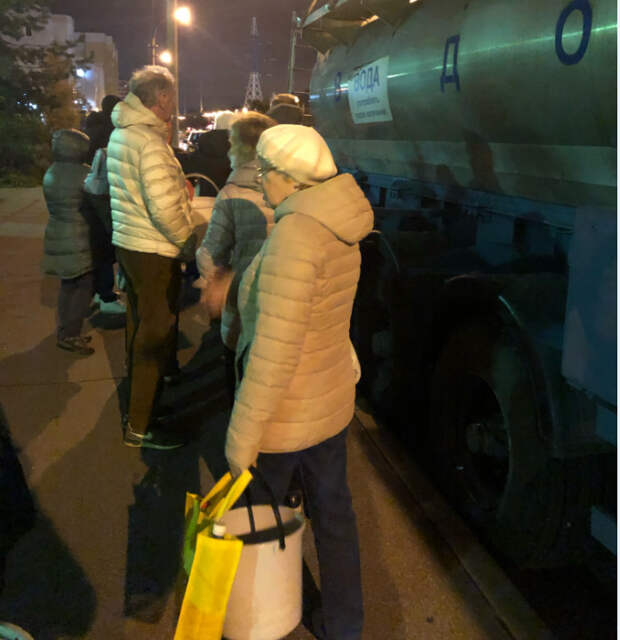 Жители Курортного района выстроились в очереди за водой. «Фонтанка» напоминает адреса резервных цистерн
