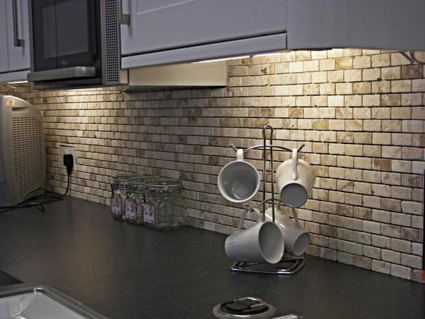 Кухонный фартук из обоев с имитацией кирпича