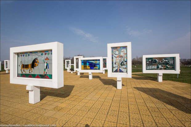 11. 24 витража с рисунками детей послевоенных лет, символизирующих их главную в жизни мечту.  белоруссия, война, дети, прошлое