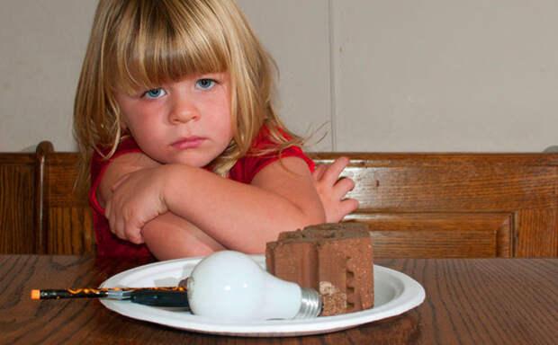 Девочка съела лампочку, которую закусила кирпичом