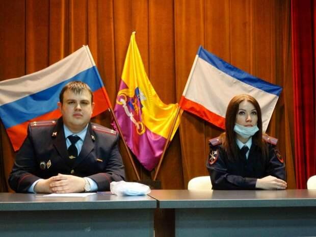Сотрудники Управления МВД России по г. Ялта провели для учеников старших классов познавательный экскурс в рабочие будни полицейских