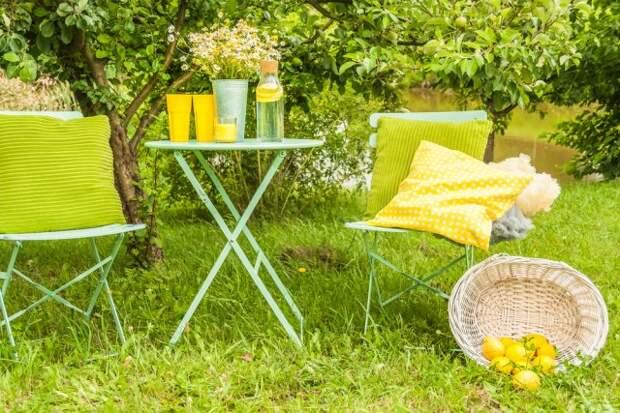 металлическая мебель в саду