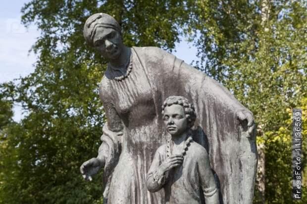 Михаил Задорнов на свои деньги установил памятник Пушкину и его няне под Петербургом