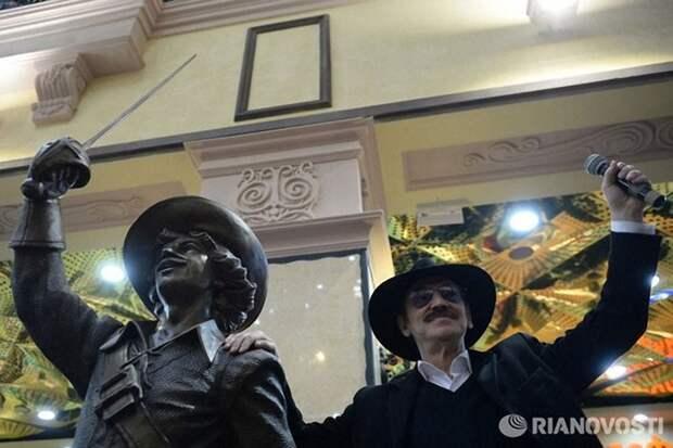 Памятник мушкетерам актеры, мушкетеры, памятник