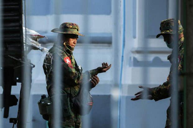 Учительница станцевала нафоне переворота вМьянме ипрославилась вСети