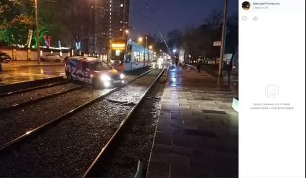 Автоледи остановила движение трамваев на Авиационной