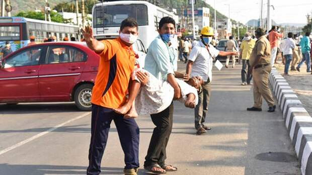 Из-за утечки ядовитого газа в Индии люди падают без сознания - опубликовано видео