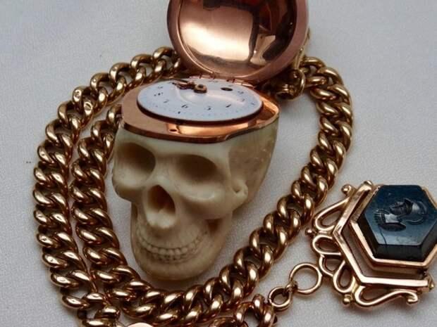 """Карманные часы, принадлежавшие французскому доктору, с надписью на латыни: """"Memento Mori,Tempus Fugit 1809"""" (Помни о смерти, время летит). Франция, 1809 год."""